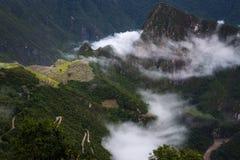 马丘比丘看法由从太阳门和Urubamba河的云彩围拢了,在秘鲁 免版税图库摄影