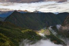 马丘比丘看法由从太阳门的云彩围拢了,在秘鲁 免版税库存图片