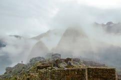马丘比丘,库斯科地区,秘鲁2013年6月4日:15世纪印加人城堡马丘比丘的全景 免版税库存图片