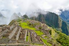 马丘比丘,库斯科地区,秘鲁2013年6月4日:15世纪印加人城堡马丘比丘的全景 库存照片