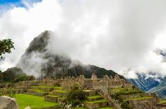 马丘比丘,库斯科地区,秘鲁2013年6月4日:15世纪印加人城堡马丘比丘的全景 图库摄影