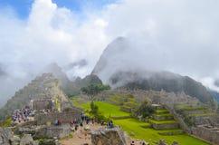 马丘比丘,库斯科地区,秘鲁2013年6月4日:15世纪印加人城堡马丘比丘的全景 库存图片