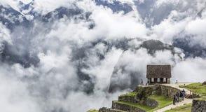 马丘比丘,秘鲁- 2015年5月13日:在云彩的马丘比丘 库存图片
