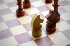 马两个图  在棋盘的木国际象棋棋局 棋 Bl 免版税库存图片