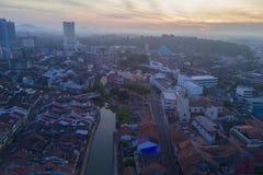 马六甲市Arial视图在日出期间的 免版税库存图片
