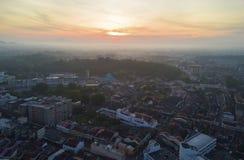 马六甲市Arial视图在日出期间的 免版税库存照片
