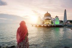 马六甲有穆斯林的海峡清真寺在马来西亚祈祷 马来西亚人m 库存图片