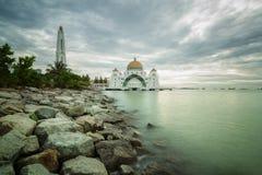 马六甲海峡的一个美丽的清真寺 免版税库存照片