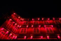 马六甲,马来西亚- 2018年2月04日:在房子的夜视图有红色灯笼的在马六甲 库存照片