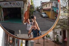 马六甲,马来西亚- 2018年2月05日:年轻夫妇在马六甲做在路镜子的照片记忆的 免版税库存图片