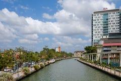 马六甲,马来西亚- 2018年2月04日:老和新的马六甲市由河划分了 免版税库存照片