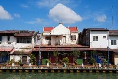 马六甲,马来西亚- 2018年2月04日:马六甲,马来西亚的城市视图 有酒吧和小咖啡馆的河岸 库存照片