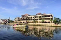 马六甲,马来西亚- 2015 11月7日,巡航游览小船在马六甲河航行在马六甲 库存图片