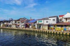 马六甲,马来西亚- 2015 11月7日,巡航游览小船在马六甲河航行在马六甲 免版税图库摄影