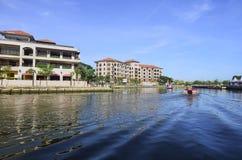 马六甲,马来西亚- 2015 11月7日,巡航游览小船在马六甲河航行在马六甲 免版税库存图片