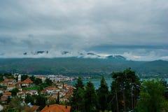 马其顿城市奥赫里德全视图有湖的 免版税库存图片
