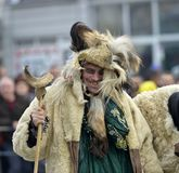 马其顿prilep 2018年2月18日-戴着动物毛皮和面具的执行者参加国际狂欢节 库存照片