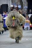 马其顿prilep 2018年2月18日-戴着动物毛皮和面具的执行者参加国际狂欢节 免版税库存图片