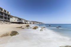 马利布有行动迷离海浪的海滩家 免版税库存照片