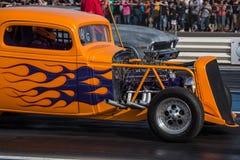 马力强大的橙色汽车 免版税库存照片
