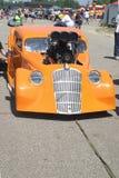 马力强大的橙色汽车 免版税库存图片