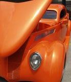 马力强大的金属橙色汽车 库存图片