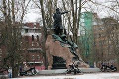 马卡罗夫海军上将的纪念碑在Kronstadt,俄罗斯在冬天多云天 免版税库存图片