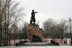 马卡罗夫海军上将的纪念碑在Kronstadt,俄罗斯在冬天多云天 库存照片
