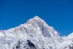 马卡鲁峰从Kongma la通行证的山峰 免版税库存照片
