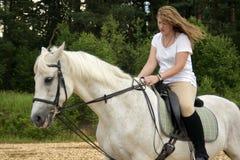 马和妇女 免版税库存图片