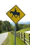 马和车手路标 免版税库存照片