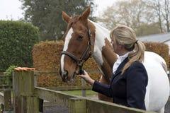 马和车手 有一匹花斑马的女骑士 免版税库存图片