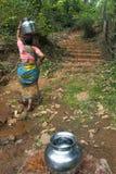 马哈拉施特拉,印度,妇女4月2013年,运载从小河的水 免版税库存图片