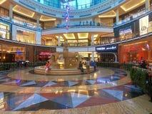 马喷泉内部看法在位于Barsha的酋长管辖区的购物中心的里面,迪拜,阿拉伯联合酋长国 免版税库存图片