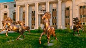 马在阿斯塔纳歌剧剧院前面的timelapse hyperlapse美好的雕塑  股票视频