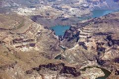 马在Apache湖& Canyon湖之间的Mesa水坝 库存图片