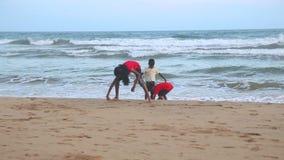 马塔勒,斯里兰卡- 2014年3月:观点的使用在一个海滩的三台本机孩子在马塔勒 马塔勒是来自南方的风暴的一个主要城市 股票录像