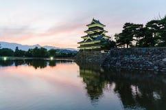 马塔莫罗斯城堡和日落天空在水反射在长野日本 免版税库存照片
