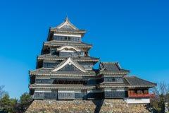 马塔莫罗斯城堡和蓝天在岩石墙壁上 在长野县,日本 免版税库存照片