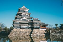 马塔莫罗斯城堡和蓝天在岩石墙壁和护城河上 在马塔莫罗斯,日本 库存照片