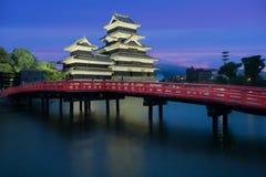 马塔莫罗斯城堡在晚上在马塔莫罗斯市, Nagono,日本 图库摄影
