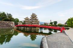 马塔莫罗斯城堡在水反射在晚上在长野日本 免版税库存照片