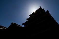 马塔莫罗斯城堡siluate和辐形太阳 免版税库存照片