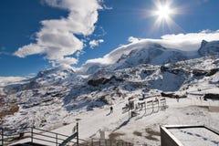 马塔角冰川天堂,瑞士- 2015年10月27日:马塔角在马塔角峰顶附近的冰川天堂冬天视图  库存图片