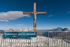 马塔角冰川天堂,瑞士- 2015年10月27日:在马塔角冰川天堂的在十字架上钉死在马塔角峰顶,阿尔卑斯附近 库存图片
