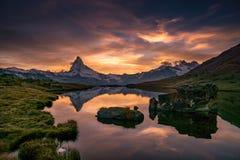 马塔角的反射在山湖,策马特, Schweiz 免版税库存照片