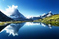 马塔角的反射在湖,策马特 免版税图库摄影