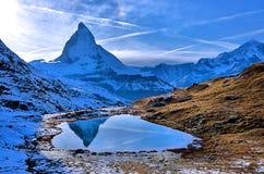 马塔角的反射在Riffelsee湖,瑞士的 库存照片
