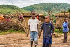 从马塞人部落的两个非洲男孩在他们的村庄 图库摄影