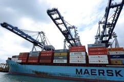马士基线卸载在奥克兰港的货船容器  图库摄影